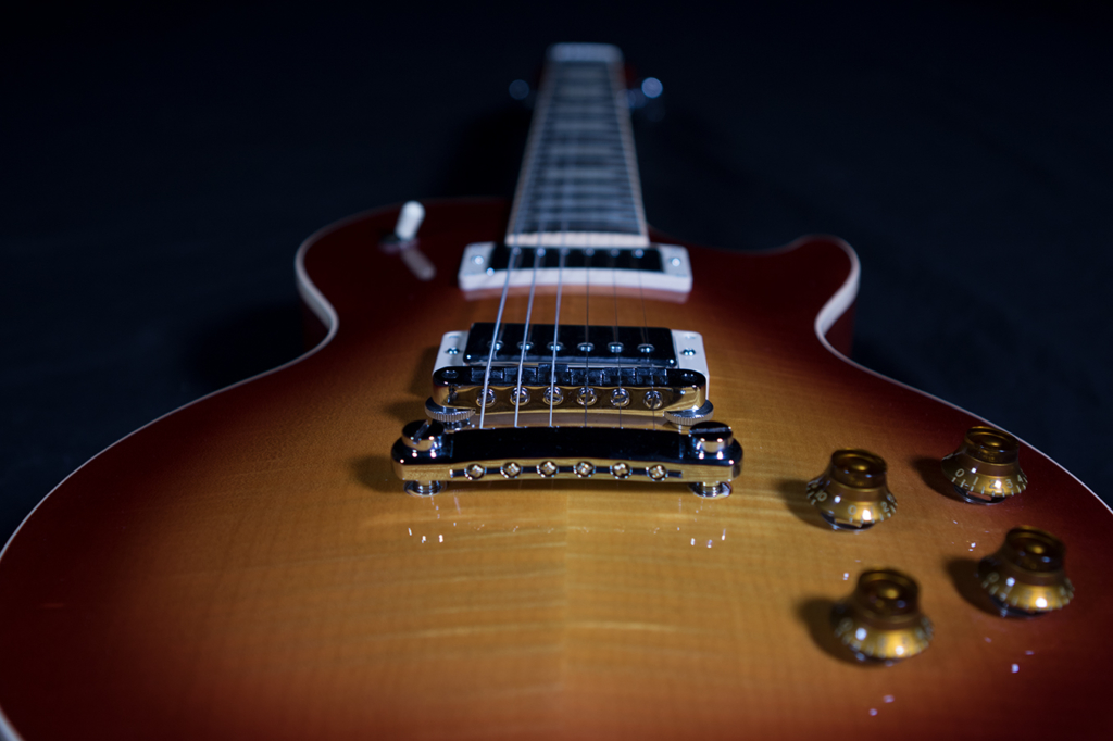 Electric guitar by Yvonne Hartmann for Native Instruments Electric Sunburst - product photography